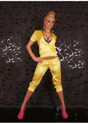 спортивный костюм желтого цвета